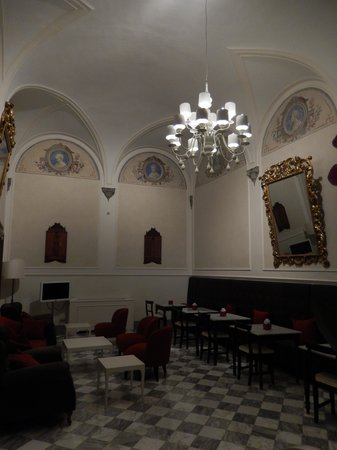 NH Collection Firenze Porta Rossa: One side of the breakfast room..