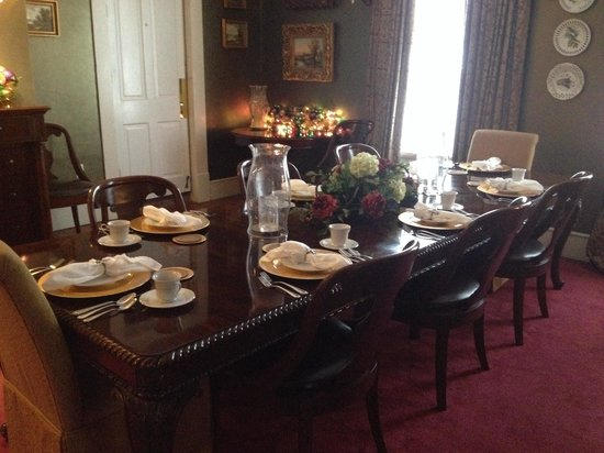 Violet Hill Bed and Breakfast: Dining table