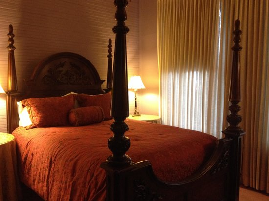 Violet Hill Bed and Breakfast: Prince Haithcoat Bedroom