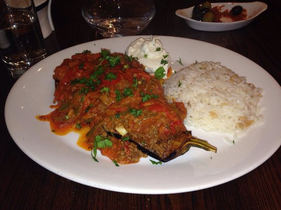 Nemrut: Karniyarik - Aubergine stuffed with minced lamb, in tomato sauce. Served with rice and yoghurt.