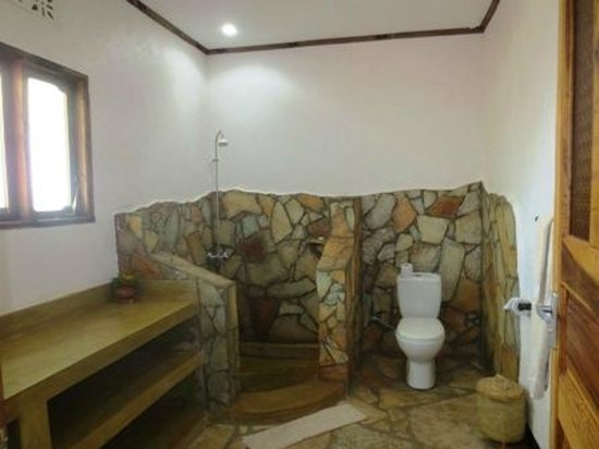 Country Lodge: Huge bathroom
