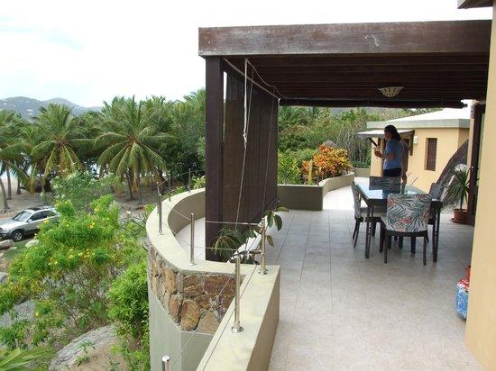 Surfsong Villa Resort: Dining area on patio