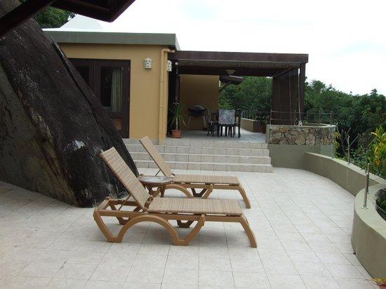 Surfsong Villa Resort: Patio