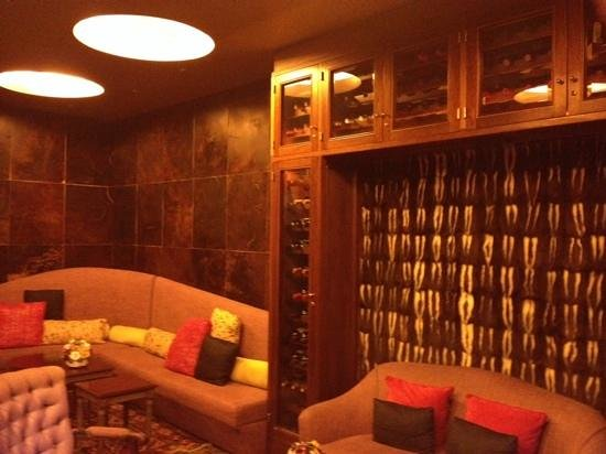 Hub Porteno : bar with leather wall tile and skunk fur wall hanging
