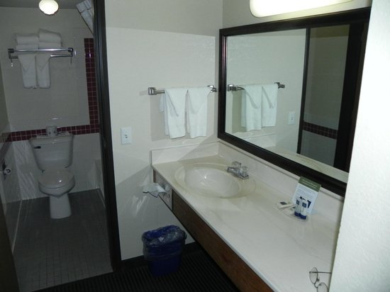 AmericInn Ashland : bathroom