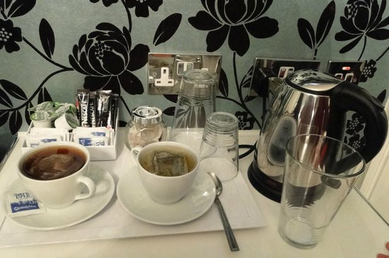 Crompton Guest House: tea and coffee