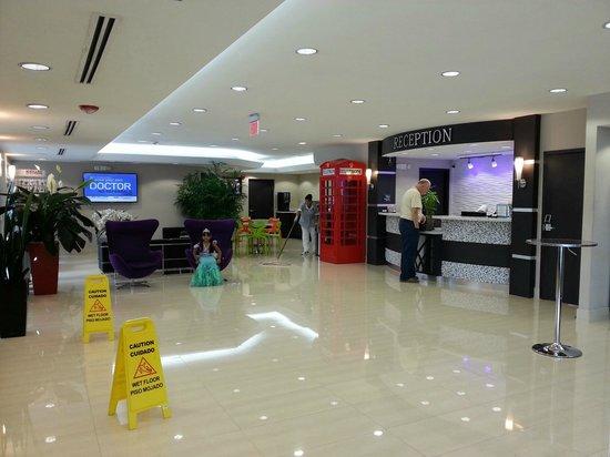 Ramada by Wyndham Miami Springs/Miami International Airport: AREA DEL FRONT DESK