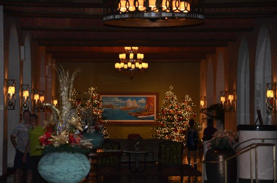 The Royal Hawaiian, a Luxury Collection Resort : Breezeway to the beach