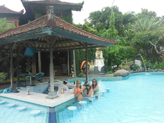 Matahari Bungalow Bar & Restaurant : Swim up bar, so good!
