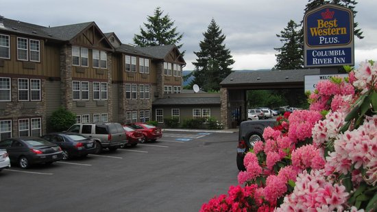 Best Western Plus Columbia River Inn : Front parking