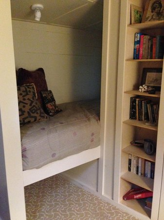 Hale Ohia Cottages : Reading nook / single sleeper