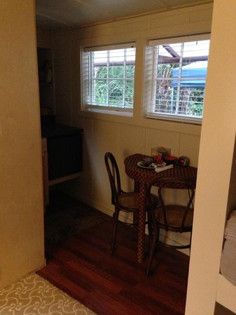 Hale Ohia Cottages : Tiny & cozy kitchenette & breakfast nook