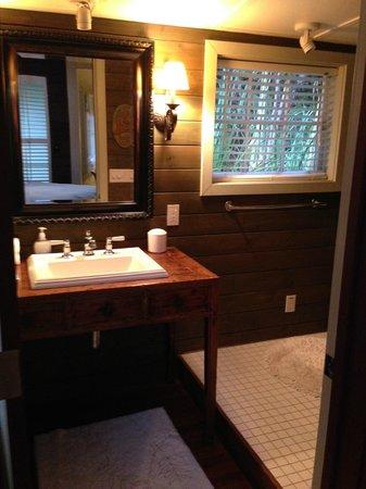Hale Ohia Cottages: Bathroom