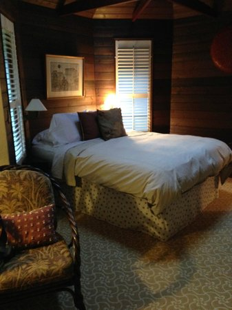 Hale Ohia Cottages: Queen bed under skylight