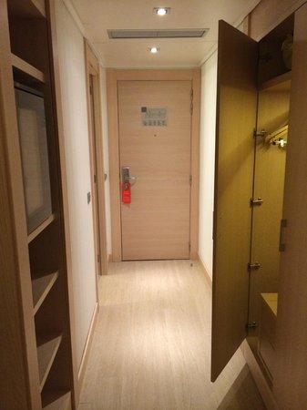 Double Tree Hilton  Hotel Girona: Entrada habitación con armario