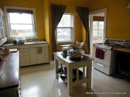 Bluebird Guesthouse: Kitchen