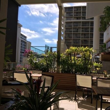 Trump International Hotel Waikiki: Pool lounge during the watching of Super Bowl.