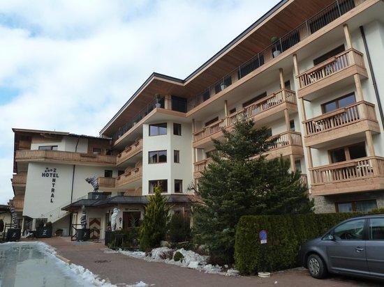 Hotel Zentral: achterzijde met mooi terrasgedeelte