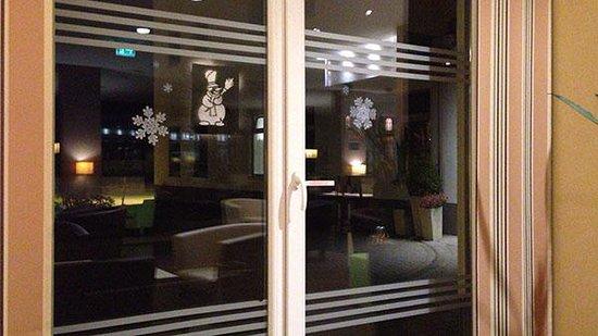 Holiday Inn Express Frankfurt-Messe: 이곳에서 밤에 언제든 커피를 마실 수 있음