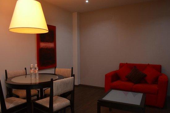 Ganges Suites: Living room/kitchen