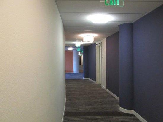 Meliá Orlando Hotel at Celebration: Longo corredor que se percorre para chegar ao quarto