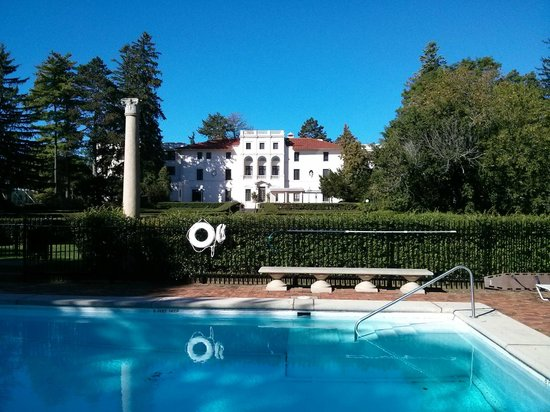 Geneva on the Lake: Lovely outdoor pool and grounds right on the lake