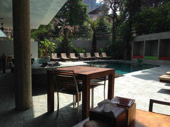 Rambutan Resort - Phnom Penh: Pool view from the restaurant