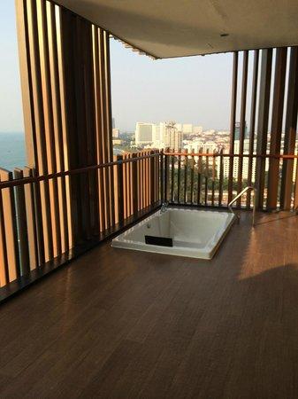 Hilton Pattaya: バルコニーのジャグジー