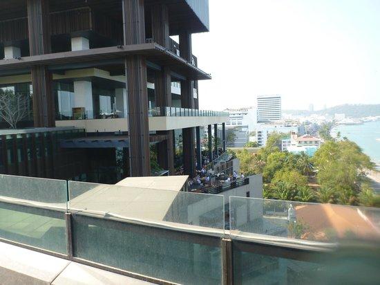 Hilton Pattaya: 16階のプールから