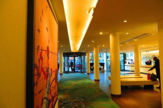 DoubleTree by Hilton London - Westminster : The front foyer