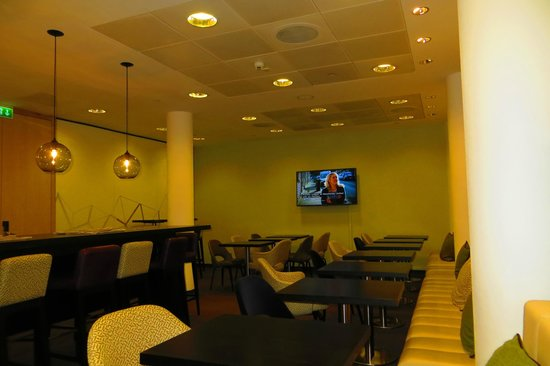 DoubleTree by Hilton London - Westminster : The boxed in executive lounge