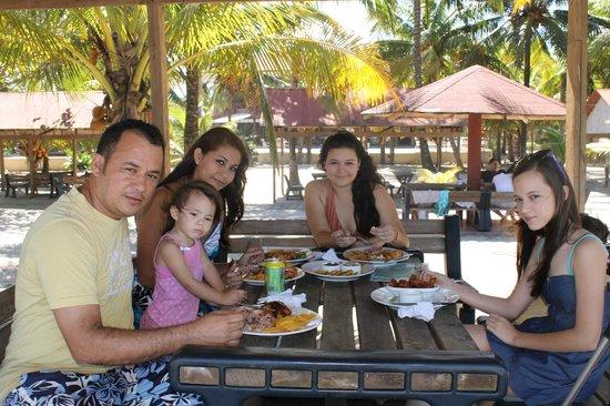 Honduras Shores Plantation: mi familia almorzando