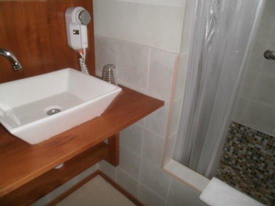 del Nomade Hosteria Ecologica: Detalle del cuarto de baño donde se observa el secador de pelo.