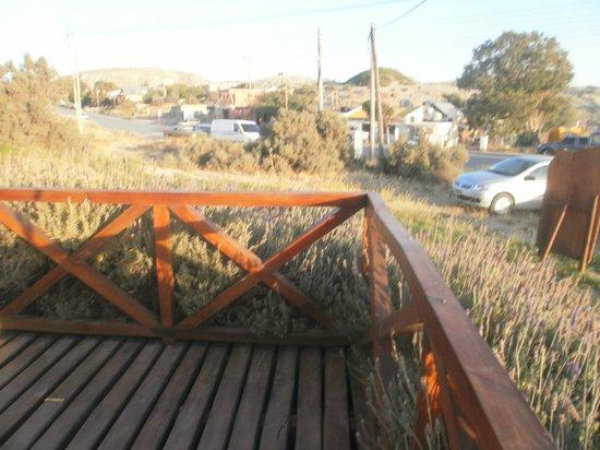 del Nomade Hosteria Ecologica: Deck en la zona del frente con jardin de lavandas.