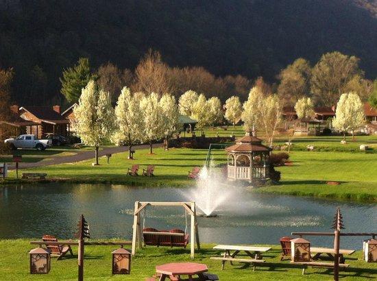 Cabins, Западная Вирджиния: Log Cabin Resort Spring Morning