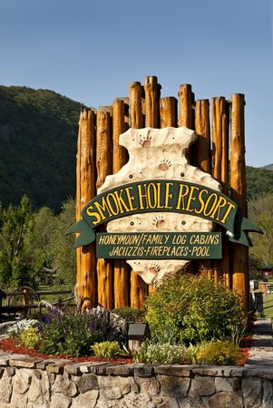 Smoke Hole Caverns & Log Cabin Resort: Main Entrance at Log Cabin Resort