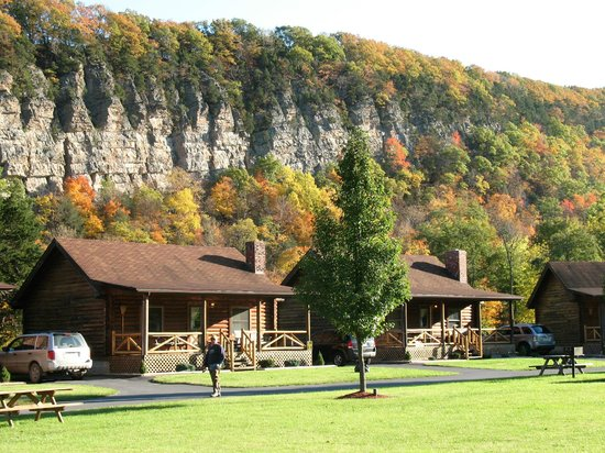 Seneca Rocks, Batı Virjinya: Log Cabin Resort in the Fall  (Beautiful!!)