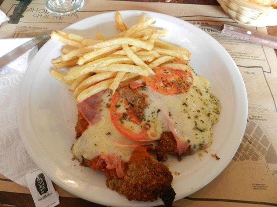 Restaurante Ahonikenk Chalten Fonda Patagonia: media porcion de milanesa a la napolitana con papas fritas