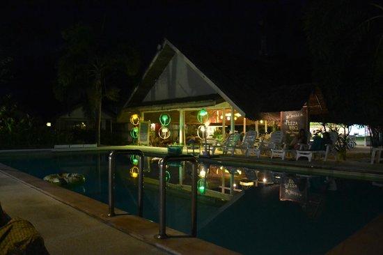 Lime n Soda Beach Front Resort: Le restaurant et la piscine