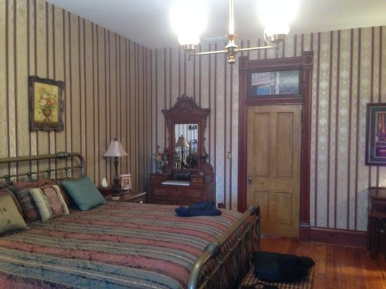 Stone-Yancey House Bed and Breakfast : Largest of three rooms