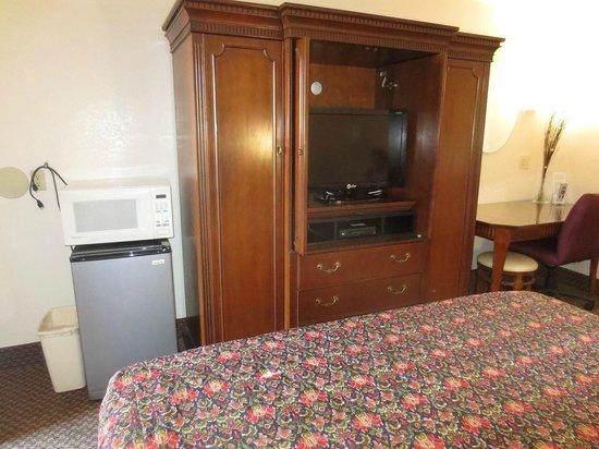 Rodeway Inn Barstow : TV / dresser unit