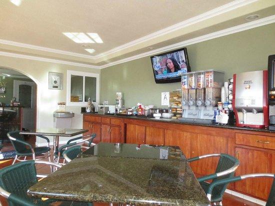Rodeway Inn Barstow: Breakfast area & front desk back LHS