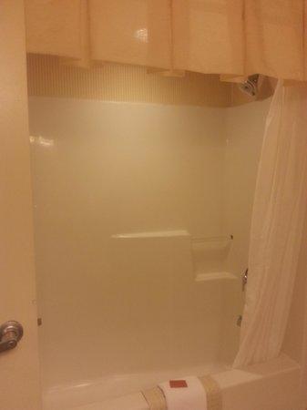 Hollywood Casino Tunica Hotel : Shower Tub