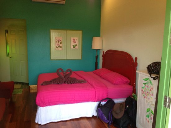 Baanrak Amphawa : Great room, cool, spacious, relaxing with a space to sit on the balcony outside.