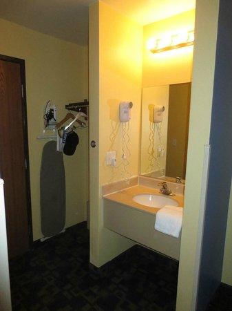 Days Inn & Suites East Flagstaff: Vanit & closet area