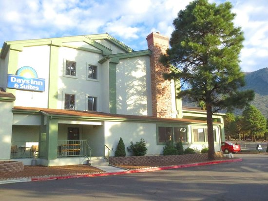 Days Inn & Suites East Flagstaff : Front of hotel