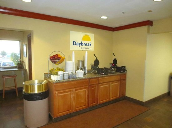 Days Inn and Suites Flagstaff East : Part of breakfast area