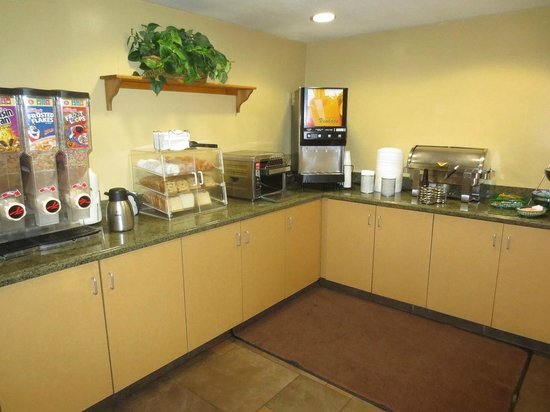 Days Inn and Suites Flagstaff East : Corner of the breakfast area