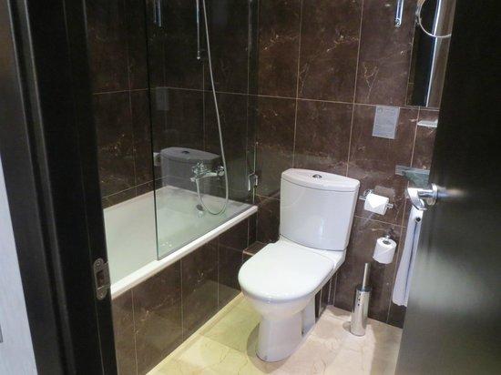Hotel Constanza Barcelona: バスタブ付きバスルーム