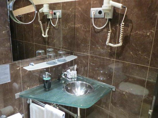Hotel Constanza Barcelona: 洗面台が小さめです